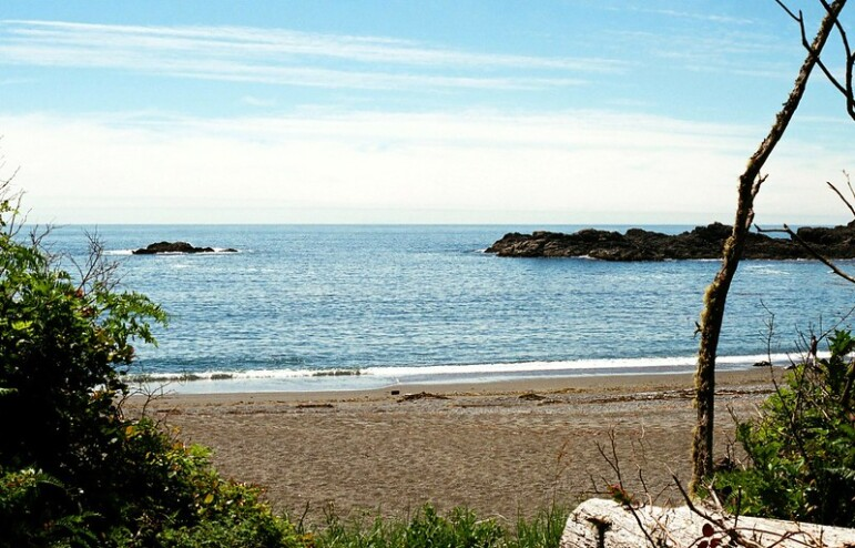 A shot from Wya Beach out onto the ocean with large rocks in the water on a sunny day.